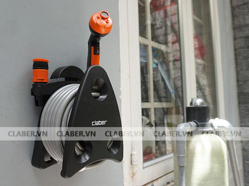 Cuộn vòi được gắn lên tường ở cao độ 700-1200mm phù hợp với chiều cao và độ với của người sử dụng.