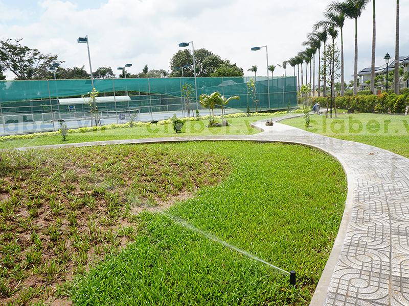 hệ thống tưới phun mưa vườn uốn cong